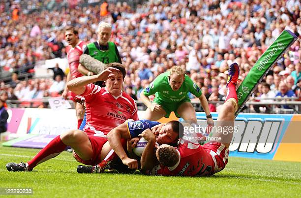 Ryan Hall of Leeds Rhinos scores a try against the Wigan Warriors during the Carnegie Challenge Cup Final between Leeds Rhinos and Wigan Warriors at...