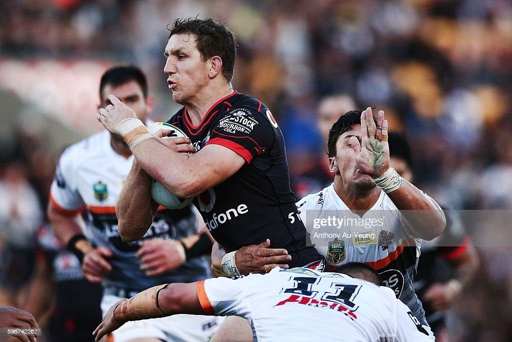 Ryan Hoffman of the Warriors on the charge during the round 25 NRL match between the New Zealand Warriors and the Wests Tigers at Mount Smart Stadium on August 28, 2016 in Auckland, New Zealand.