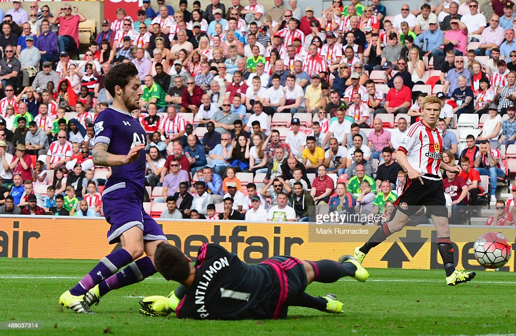 Ryan Mason of Tottenham Hotspur (8) beats goalkeeper Costel Pantilimon of Sunderland to score their first goal during the Barclays Premier League match between Sunderland and Tottenham Hotspur at the Stadium of Light on September 13, 2015 in Sunderland, United Kingdom.