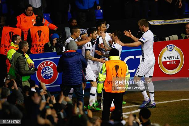 Ryan Mason of Tottenham Hotspur celebrates scoring his team's first goal with his team mates during the UEFA Europa League round of 32 second leg...