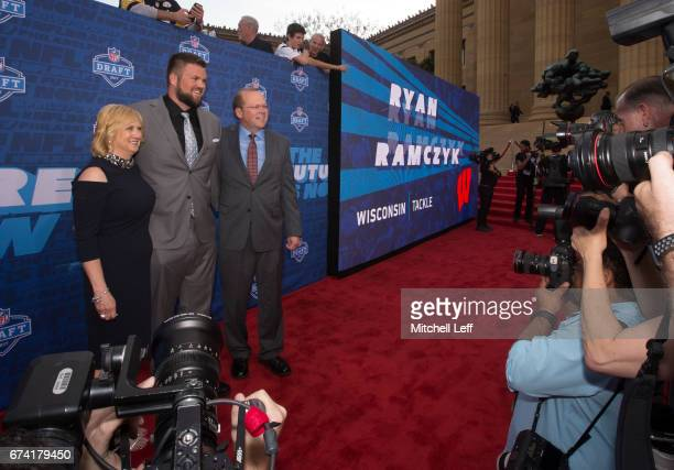 Ryan Ramczyk of Wisconsin poses for a picture with his mother Lori Ramczyk and father Randy Ramczyk on the red carpet prior to the start of the 2017...