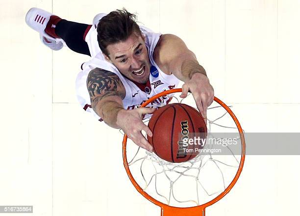 Ryan Spangler of the Oklahoma Sooners dunks the ball in the first half against the Virginia Commonwealth Rams during the second round of the 2016...