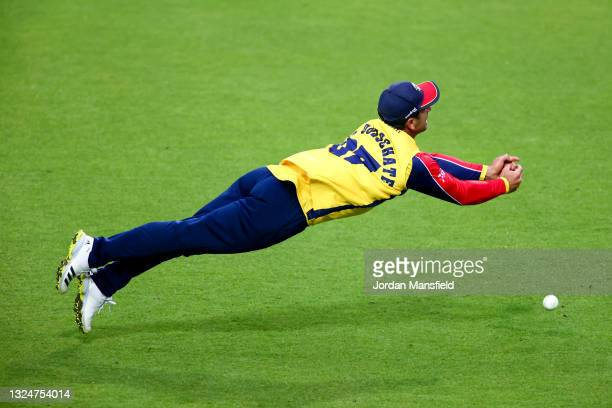 Ryan ten Doeschate of Essex Eagels fails to take a catch during the Vitality T20 Blast match between Surrey and Essex Eagles at The Kia Oval on June...