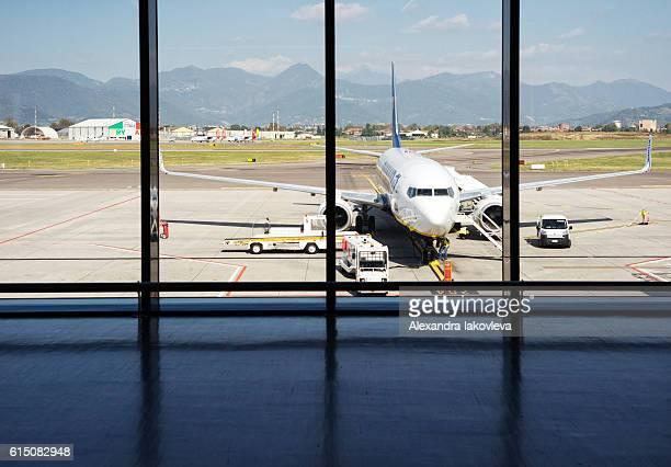 ryanair airplane in il caravaggio international airport, bergamo, italy - bergamo stock pictures, royalty-free photos & images