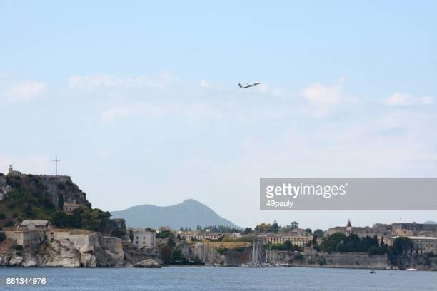 ryanair vliegtuig opstijgen boven corfu-stad. - redactioneel stockfoto's en -beelden