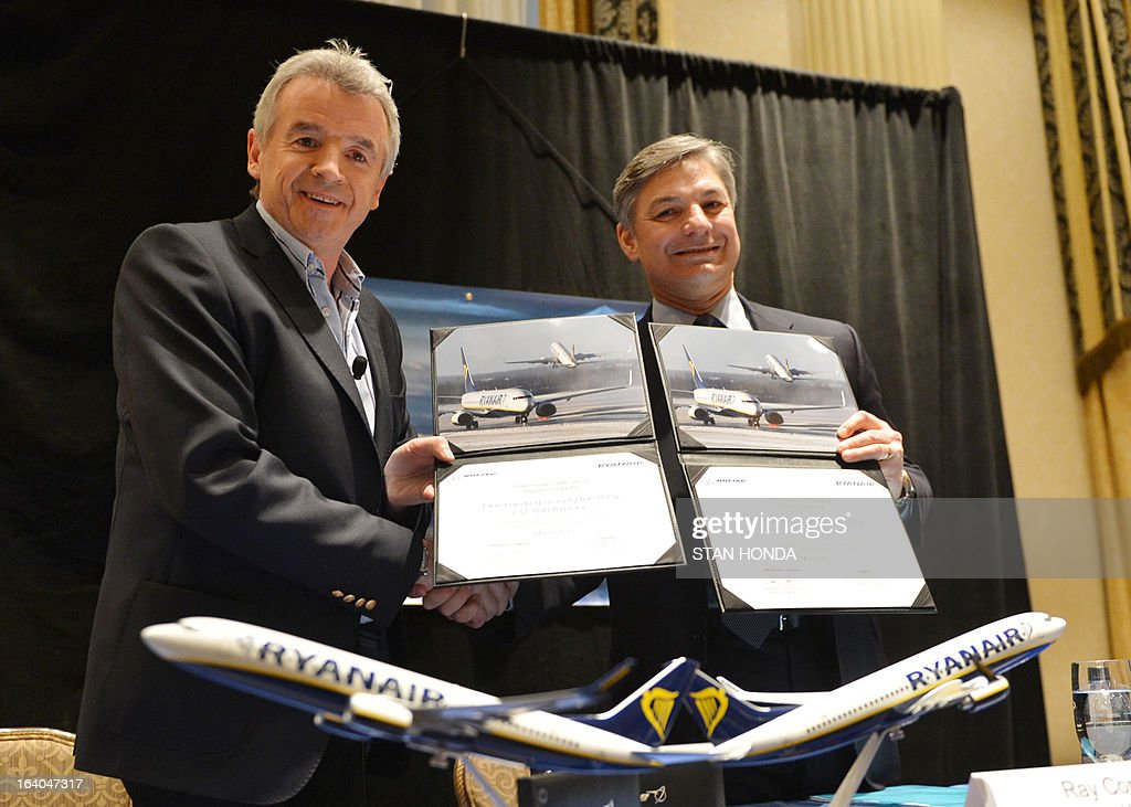 Ryanair CEO Michael O'Leary (L) and Boeing President and CEO Ray Conner (R) display a signed commitment by Ryanair to order 175 Next-Generation 737-800s worth USD $15.6 billion at a press conference March 19, 2013 in New York. AFP PHOTO/Stan HONDA