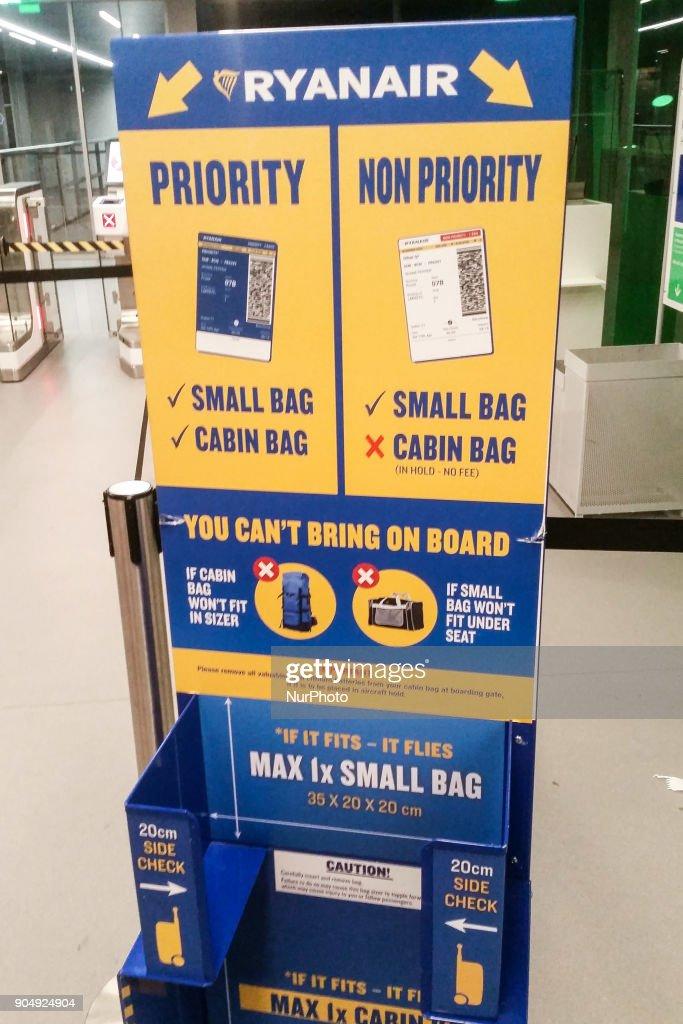 Fotos und Bilder von Ryanair changes cabin luggage | Getty ...
