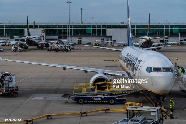 rynair boeing 737 being prepared fro departure at london stansted airport - stansted airport stock pictures, royalty-free photos & images