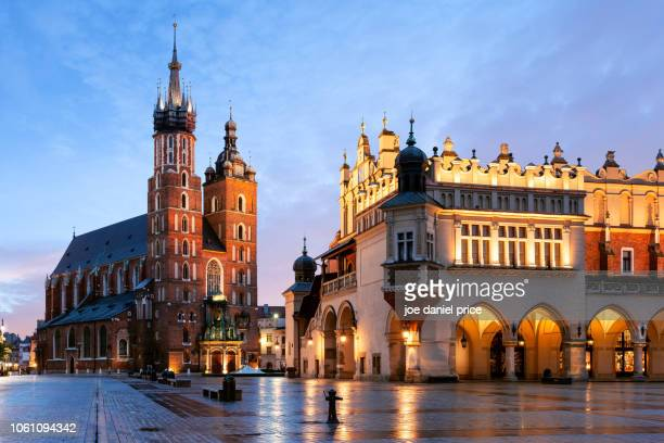 rynek glowny, st mary's basilica, bazylika mariacka, the cloth hall, krakow, poland - poland stock pictures, royalty-free photos & images