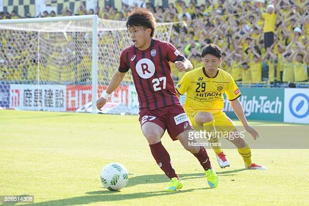Ryo Matsumura of Vissel Kobe in action during the JLeague match between Kashiwa Reysol and Vissel Kobe at the Hitachi Kashiwa soccer stadium on April...