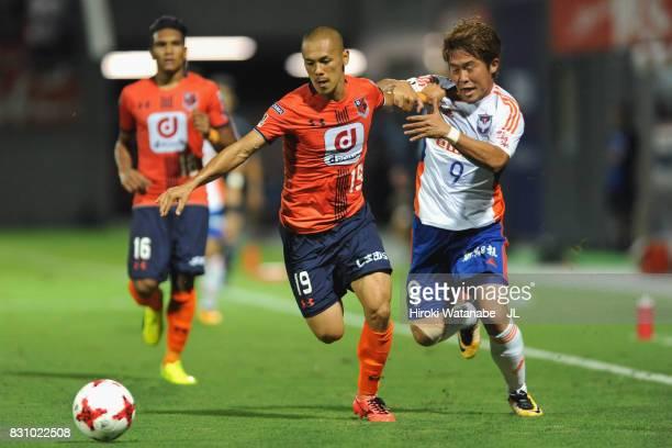 Ryo Okui of Omiya Ardija and Ryohei Yamazaki of Albirex Niigata compete for the ball during the J.League J1 match between Omiya Ardija and Albirex...