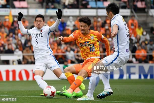 Ryohei Shirasaki of Shimizu S-Pulse scores his side's second goal during the J.League J1 match between Shimizu S-Pulse and Kashima Antlers at IAI...