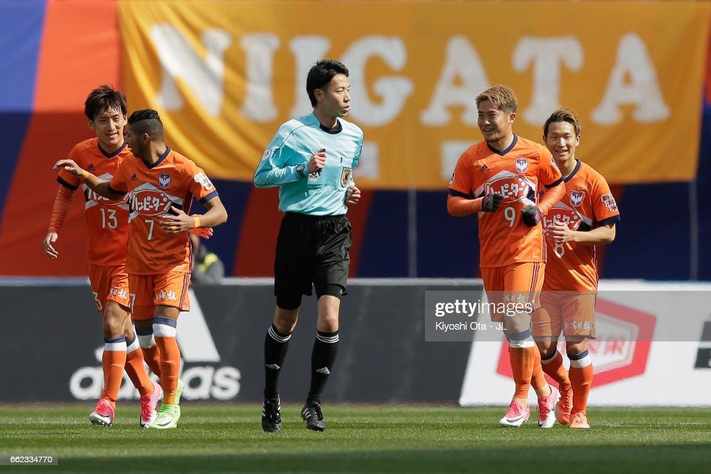 Ryohei Yamazaki of Albirex Niigata (2nd R) celebrates scoring the teamfs first goal with his team mates during the J.League J1 match between Albirex Niigata and Gamba Osaka at Denka Big Swan Stadium on April 1, 2017 in Niigata, Japan.