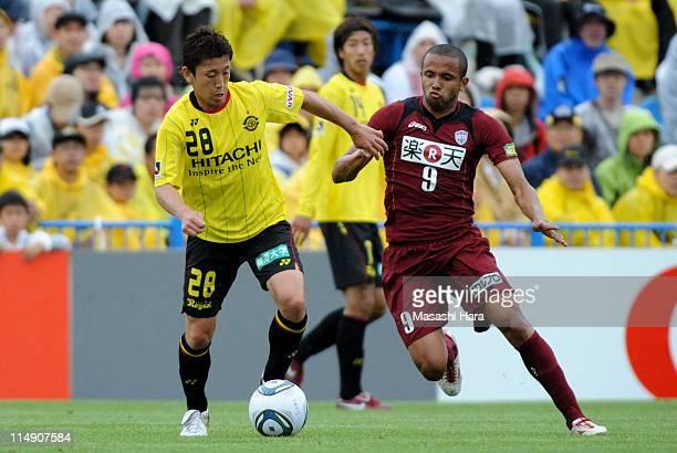 Ryoichi Kurisawa of Kashiwa Reysol and Rogerinho of Vissel Kobe compete for the ball during the JLeague match between Kashiwa Reysol and Vissel Kobe...