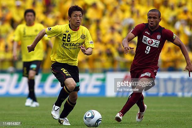 Ryoichi Kurisawa of Kashiwa Reysol and Rogerinho of Vissel Kobe compete for the ball during JLeague match between Kashiwa Reysol and Vissel Kobe at...