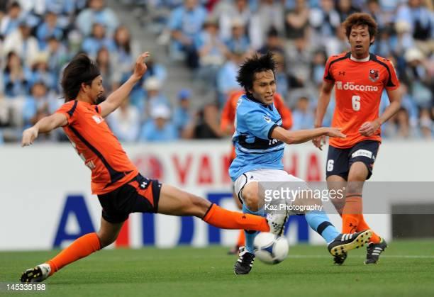 Ryoichi Maeda of Jubilo Iwata scores the fourth goal during the JLeague match between Jubilo Iwata and Omiya Ardija at Yamaha Stadium on May 26 2012...