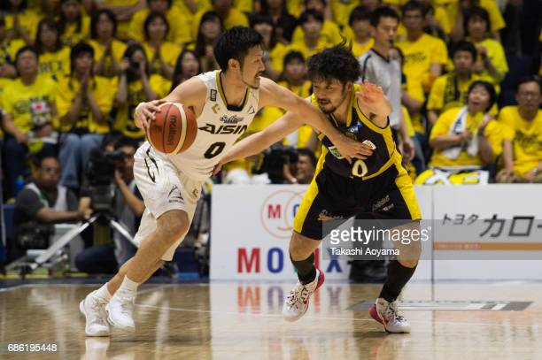 Ryoma Hashimoto of the SeaHorse Mikawa handles the ball under pressure of Yuta Tabuse of the Tochigi Brex during the B League 2017 semi final match...