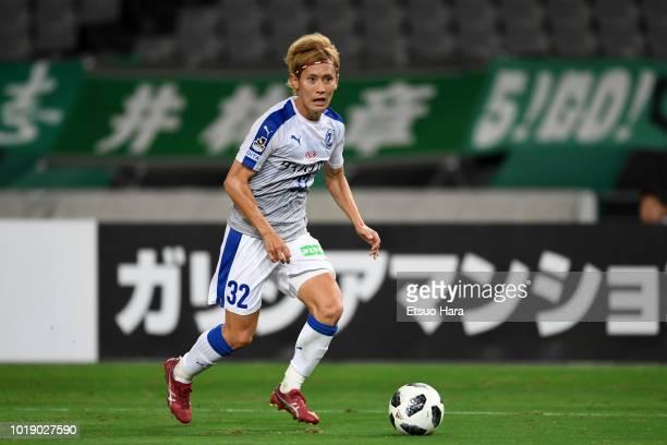 Ryosuke Maeda of Oita Torinita in action during the J.League J2 match between Tokyo Verdy and Oita Trinita at Ajinomoto Stadium on August 18, 2018 in...