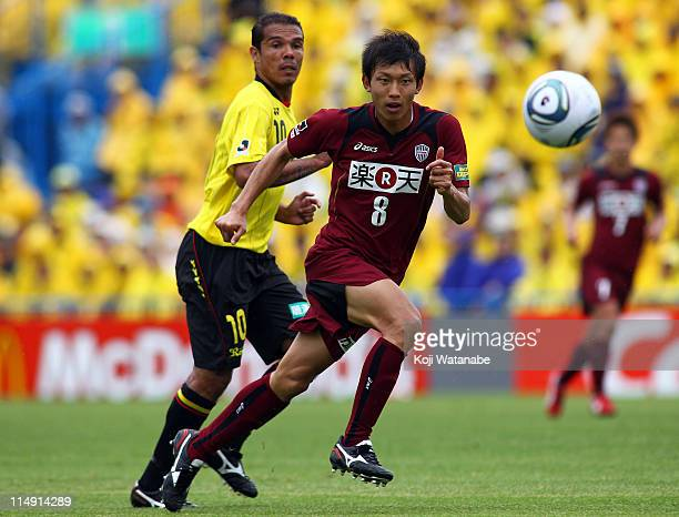 Ryosuke Matsuoka of Vissel Kobe and Leandro Domingues of Kashiwa Reysol compete for the ball during JLeague match between Kashiwa Reysol and Vissel...