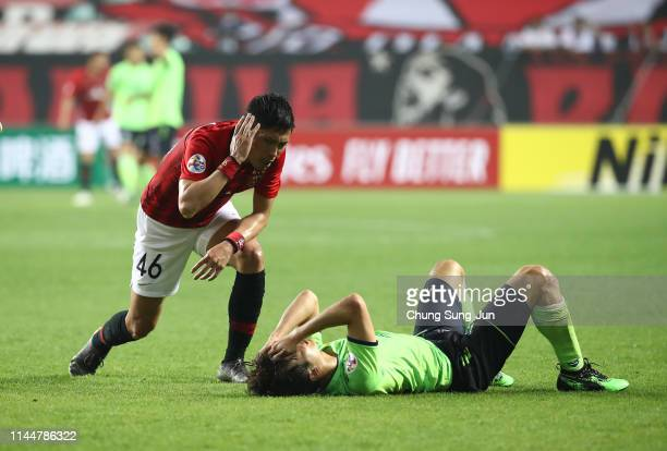 Ryota Moriwaki of Urawa Red Diamonds and Kim Jin-su of Jeonbuk Hyundai Motors injured during the AFC Champions League Group G match between Jeonbuk...