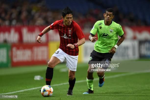 Ryota Moriwaki of Urawa Red Diamonds controls the ball under pressure of Ricardo Lopes of Jeonbuk Hyundai Motors during the AFC Champions League...