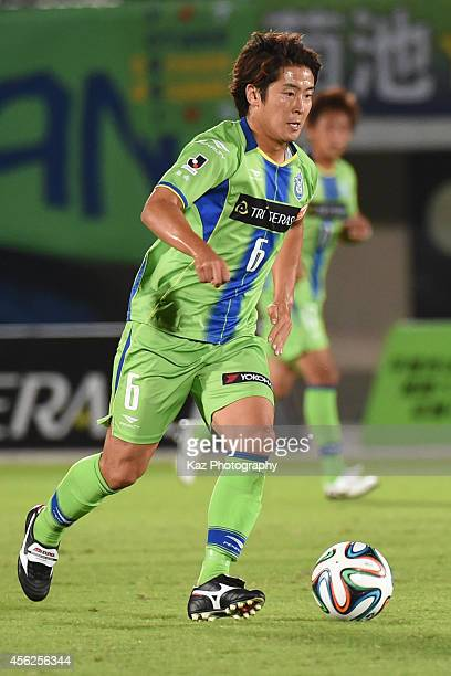 Ryota Nagaki of Shonan Bellmare dribbles the ball during the J League second division match between FC Gifu and Shonan Bellmare at BMW Stadium...