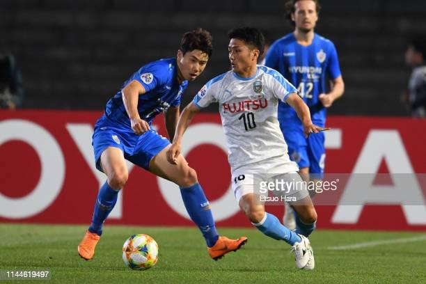 Ryota Oshima of Kawasaki Frontale and Kim Insung of Ulsan Hyundai compete for the ball during the AFC Champions League Group H match Kawasaki...