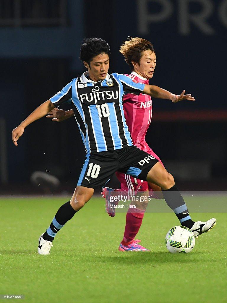 Ryota Oshima #10 of Kawasaki Frontale and Manabu Saito #11 of Yokohama F.Marinos compete for the ball during the J.League match between Kawasaki Frontale and Yokohama F.Marinos at the Todoroki Stadium on September 25, 2016 in Kawasaki, Japan.