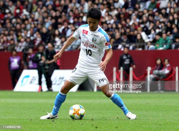 Ryota Oshima of Kawasaki Frontale in action during the JLeague J1 match between Vissel Kobe and Kawasaki Frontale at Noevir Stadium Kobe on April 28...