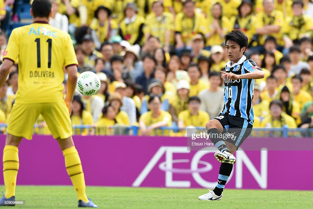 Ryota Oshima of Kawasaki Frontale in action during the J.League match between Kashiwa Reysol and Kawasaki Frontale on May 08, 2016 in Kashiwa, Chiba,Japan.