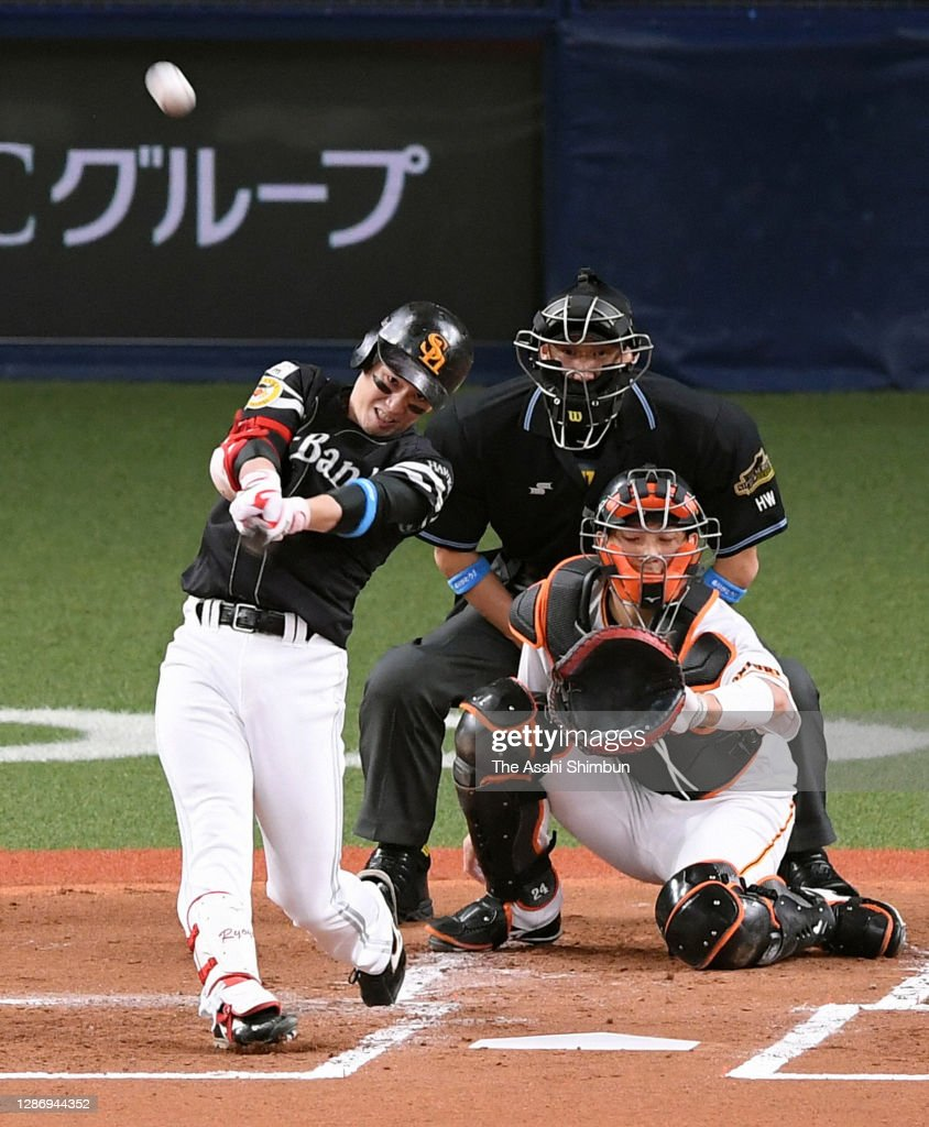 Fukuoka SoftBank Hawks v Yomiuri Giants - Japan Series Game 1 : News Photo