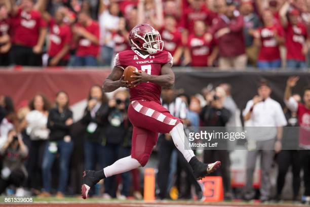 Ryquell Armstead of the Temple Owls runs the ball for a touchdown against the Connecticut Huskies in the fourth quarter at Lincoln Financial Field on...