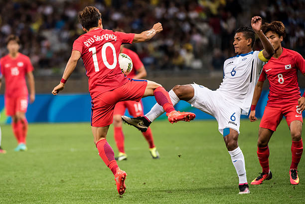 d80d5f5e064a7 Ryu Seungwoo of Korea (L) vies for the ball with Bryan Acosta of Honduras