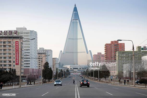 ryugyong hotel in pjöngjang - pyongyang stock-fotos und bilder