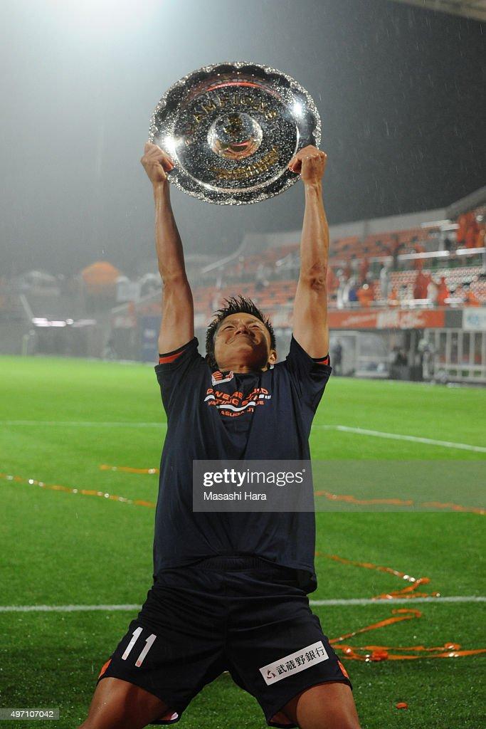 Ryuji Bando of Omiya Ardija celebrates the victory after the J.League second division match between Omiya Ardija and Oita Trinita.Omiya won the promotion to the J1 next season.At the Nack 5 Stadium Omiya on November 14, 2015 in Saitama, Tokyo, Japan.