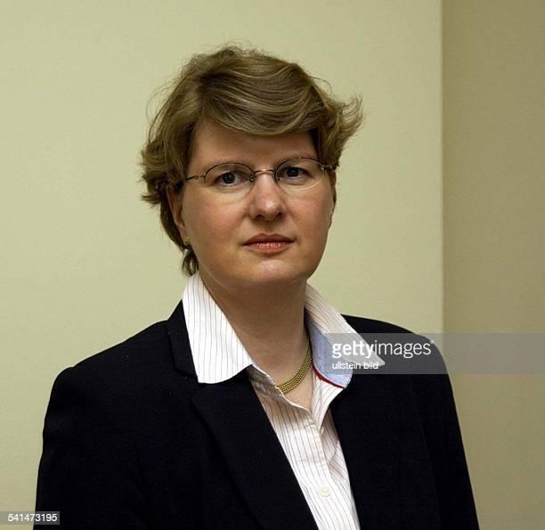 Ärztin Dstellvertretende Geschäftsführerin des Deutschen Grünen Kreuzes in Marburg Leiterin der Abteilung Medizin und WissenschaftPorträt