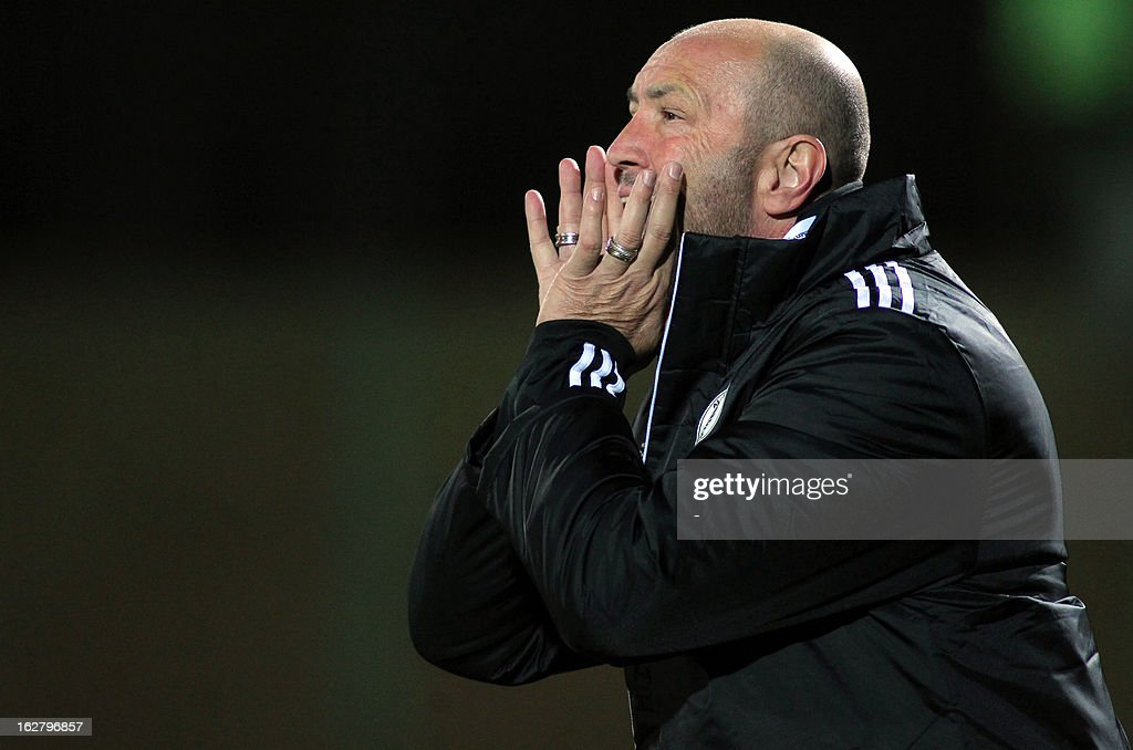 UAE's Al-Nasr Italian headcoach, Walter Zenga talks to his players during their AFC Champions League group C football match at Foolad Shahr Stadium in the Iranian city of Isfahan on February 27, 2013. Sepahan defeated Al-Nasr 3-0.