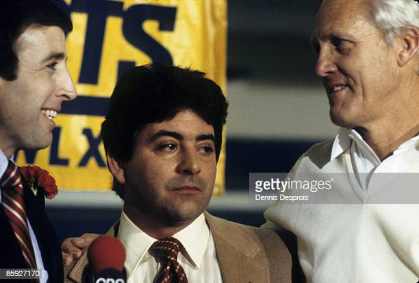 CBS's Brent Musberger talks to San Francisco 49ers owner Eddie DeBartolo and Hall of Fame head coach Bill Walsh following Super Bowl XVI a 2621...