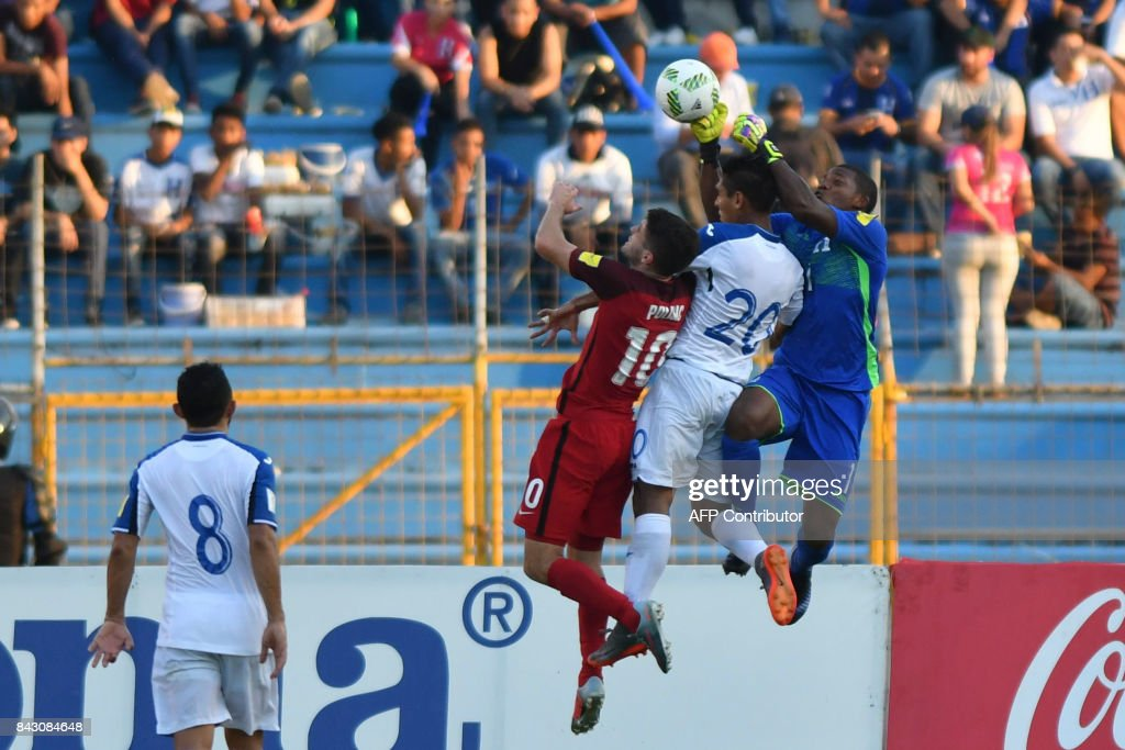 USA's Christian Pulisic (L) and Honduras' Jorge Claros (2-R) and goalkeeper Luis Lopez jump for the ball during their 2018 World Cup qualifier football match in San Pedro Sula, Honduras, on September 5, 2017. / AFP PHOTO / Johan ORDONEZ