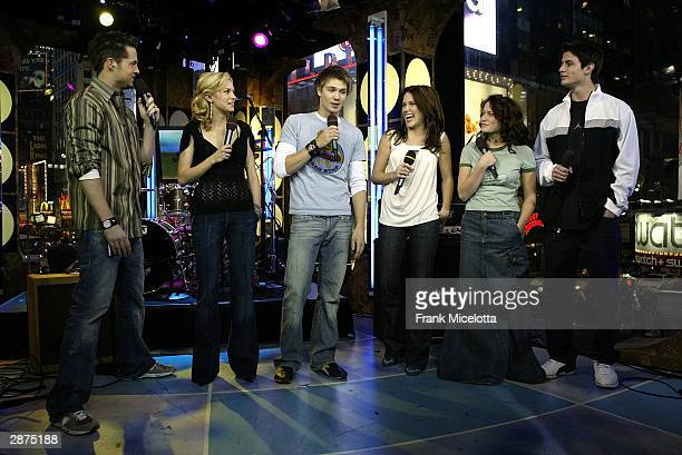 VJ's Damien Fahey and Hilarie Burton talk with Chad Michael Murray Sophia Bush Bethany Joy Lenz and James Lafferty of 'One Tree Hill' on stage during...