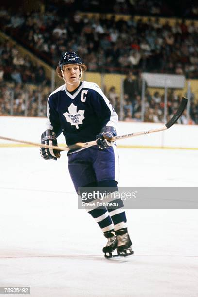 Darryl Sittler of the Toronto Maple Leafs plays against the Boston Bruins .