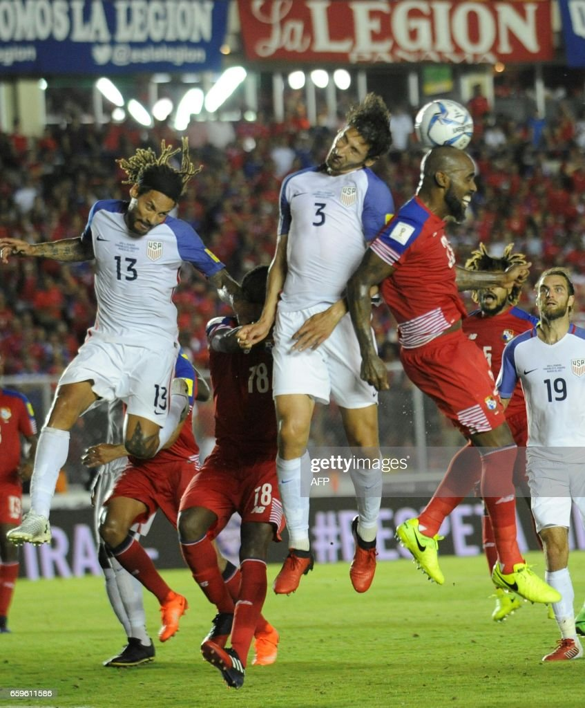 USA's defender Omar Gonzalez (C) jumps for the ball with Panama's defender Felipe Baloy (C-R) during the 2018 FIFA World Cup qualifier football match in Panama City on March 28, 2017. / AFP PHOTO / Bienvenido VELASCO