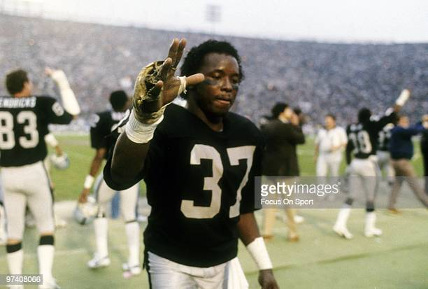 LOS ANGELES CA CIRCA 1980's Defensive back Lester Hayes of the Los Angeles Raiders on the sidelines circa mid 1980's during an NFL football game at...