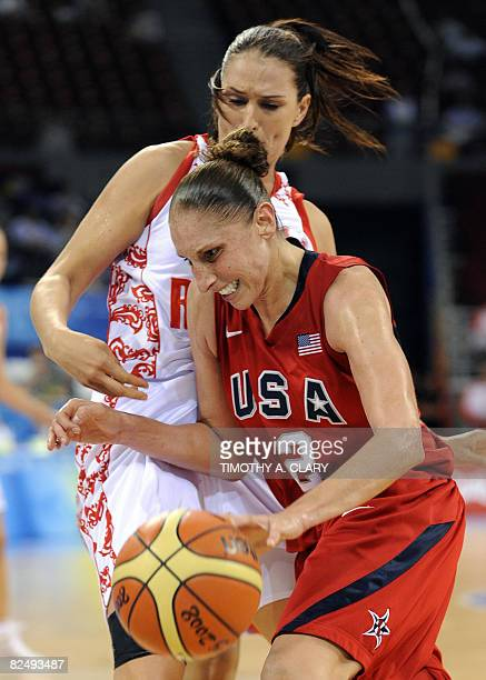 USA's Diana Taurasi vies with Russia's Ekaterina Lisina during the women's semifinal basketball match Russia against The US of the Beijing 2008...