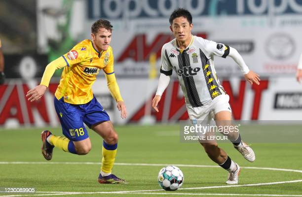 S Facundo Colidio and Charleroi's Ryota Morioka fight for the ball during a soccer match between Sint-Truiden VV and Sporting Charleroi, Saturday 12...