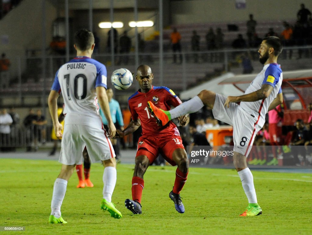 USA's forward Clint Dempsey (R) and USA's midfielder Christian Pulisic (L) vie for the ball with Panama's defender Adolfo Machado during the 2018 FIFA World Cup qualifier football match in Panama City on March 28, 2017. / AFP PHOTO / Bienvenido VELASCO