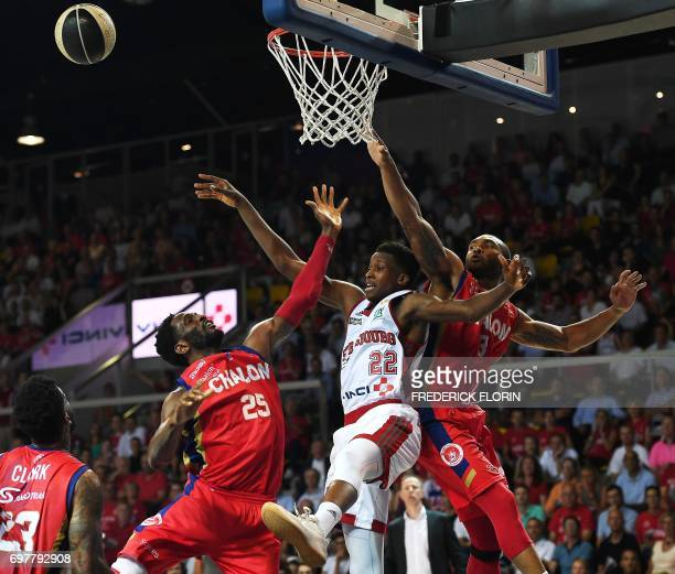 S French Frank Ntilikina is challenged for the ball by Chalon's US Ekene Ibekwe and Chalon's US Lance Harris during the French ProA basketball...