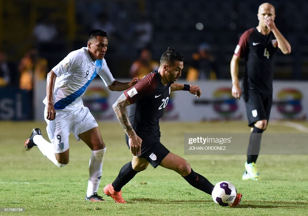 USA's Geoff Cameron (R) is marked by Guatamala's Gerson Tinoco during their Russia 2018 FIFA World Cup Concacaf Qualifiers' football match, in Guatemala City, on March 25, 2016.