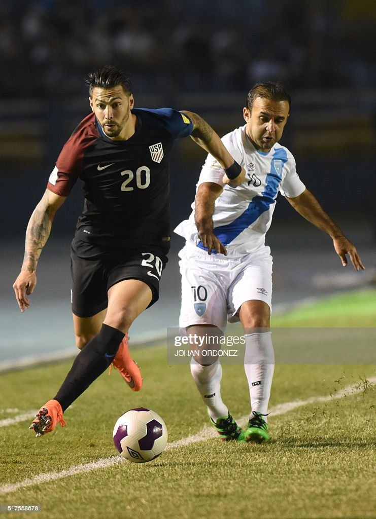 USA's Geoff Cameron vies with Guatamala's Jose Contreras during their Russia 2018 FIFA World Cup North and Central America Qualifiers' football match, in Guatemala city on March 25, 2016.