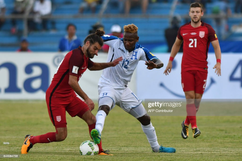 USA's Graham Zusi (L) vies for the ball with Honduras' Romell Quioto during their 2018 World Cup qualifier football match in San Pedro Sula, Honduras, on September 5, 2017. / AFP PHOTO / Johan ORDONEZ